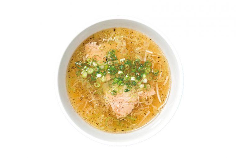 ↑白醤油つけ麺(850円)。スープの具材はネギ、チャーシュー、メンマときわめてシンプル。麺皿の中央には刻みののりがトッピングされており、香ばしくておいしい。