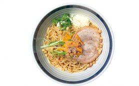 【昼はつけ麺】東京駅ラーメンストリート最強のキャラ! 麺とチーズを3種類ずつ投入する異色まぜそばが名物の「東京駅 斑鳩」