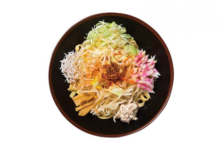 ↑紅葉特製油そば(700円)。麺と具材は巨大な丼に盛られているため混ぜやすい。油そばで選べるのは平打ち麺と細麺の2種類で、油ダレからは魚介油の豊かな風味が漂う