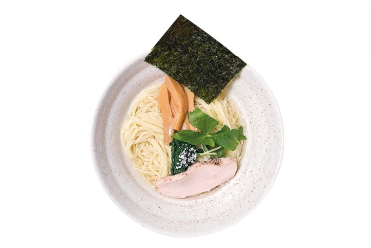 ↑正油細つけ麺F(880円)。割りスープはスタッフに丼を渡せば入れてくれる。熱々のスープの中には国産柚子が贅沢に入れられ、特注のあられもイン