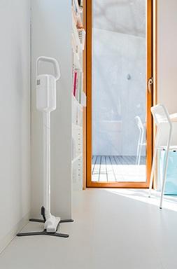 ↑プラスマイナスゼロのコードレスクリーナーVer.2 A020(実売価格2万3760円)。専用スタンドが付属し、部屋に置きっぱなしにしても絵になります