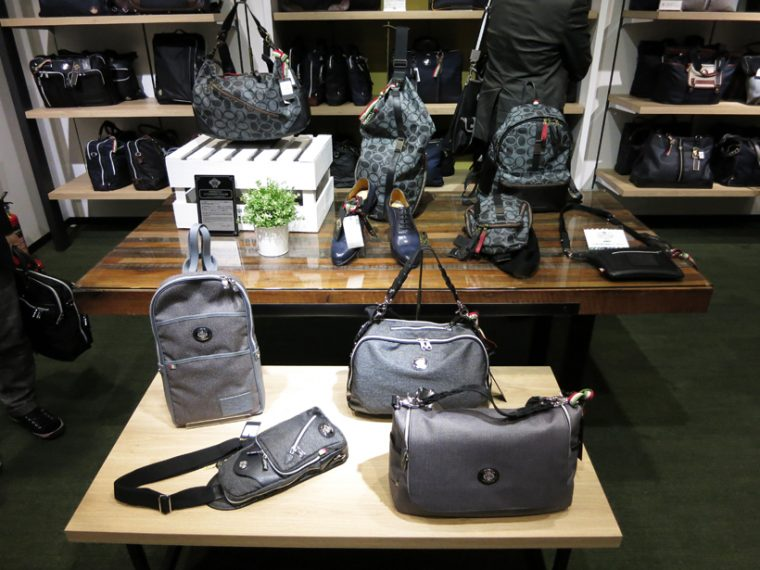 ↑人気の定番モデルから今季の新作バッグに加え、財布などの小物類も充実