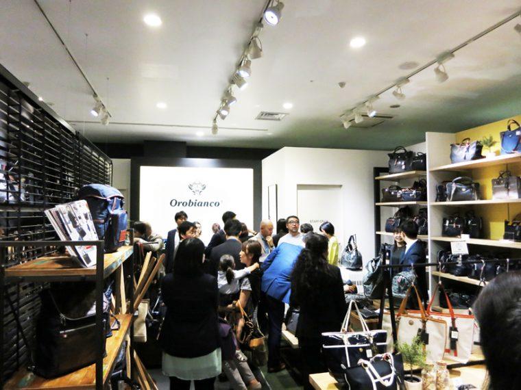↑↑ショッピングを楽しむ客やマスコミ関係者で大盛況の店内