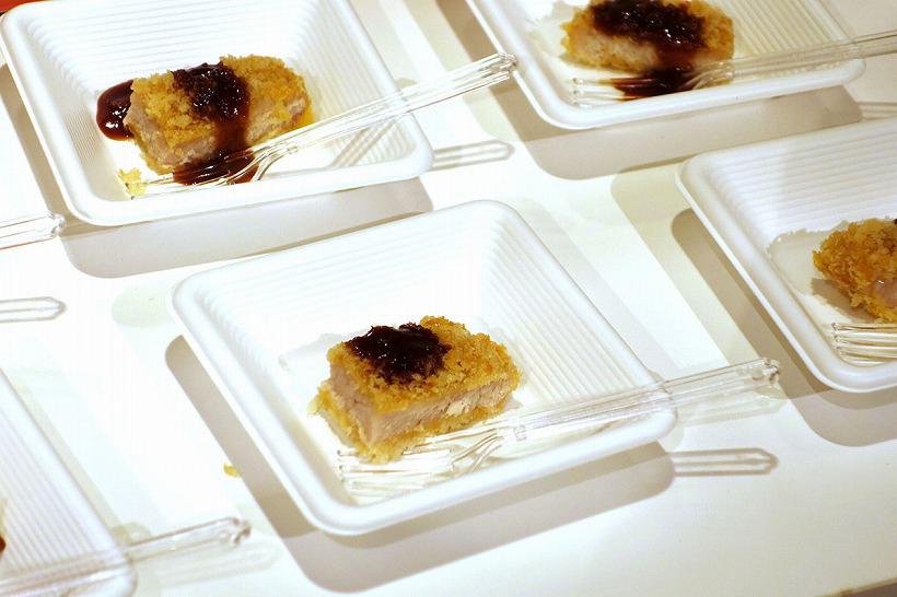 ↑オーブンやホットプレートで調理した食材が試食できる「象印食堂」。油で揚げていないのにサクサクのとんかつや、中までホクホクの焼きいもなどが試食できました