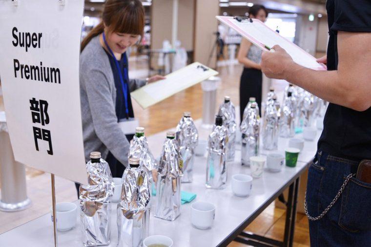 ↑審査風景。瓶は銀色のフィルムで包まれ、銘柄がわからないようになっています。全ての部門で、規定の瓶に詰め替えて出品する徹底ぶり