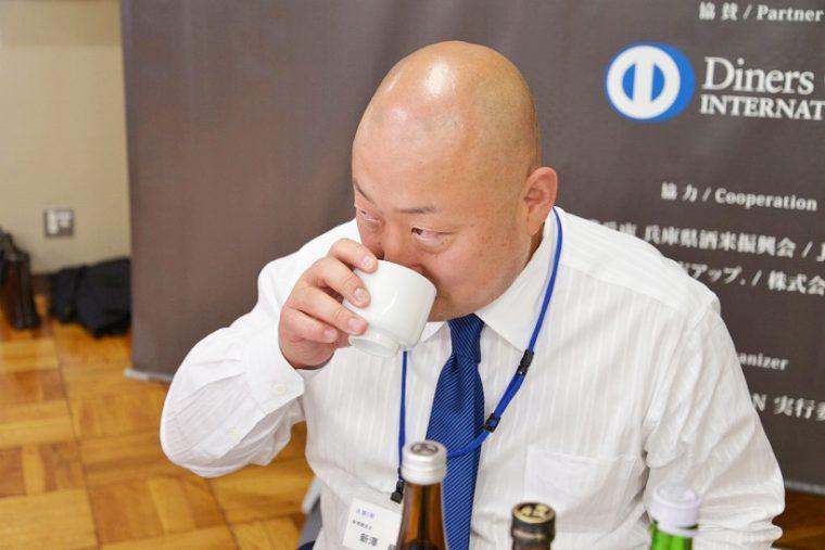 ↑真剣な表情で利き酒をする新澤さん