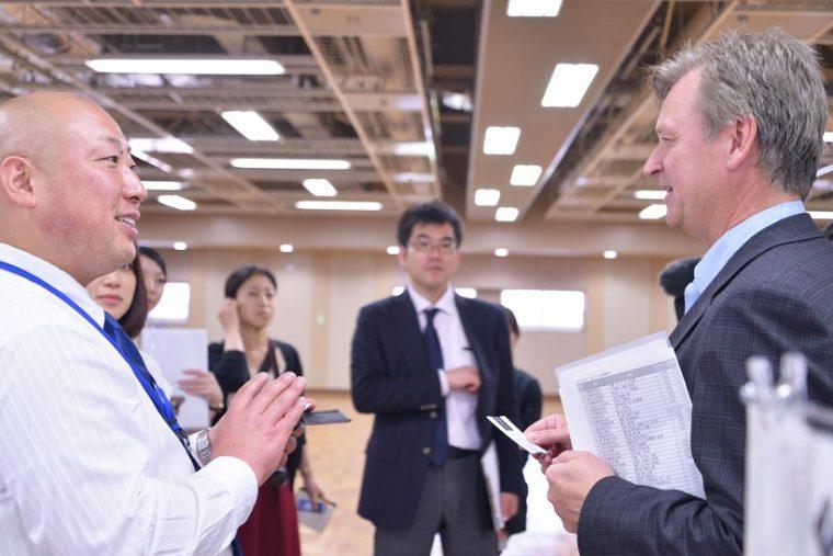 ↑カナダから参加したOntario Spring Water Companyの代表・Ken Valvurさんと新澤さん。多くの交流が生まれていました