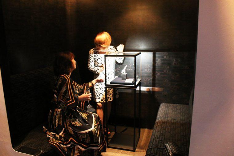 ↑ガラスケースで展示された110周年記念モデル