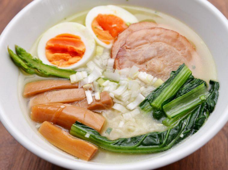 ↑取材後、自宅で塩らーめんを作って実食。改めて、具に負けない香りやスープのインパクトを感じます