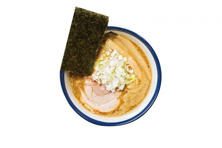 ↑つけ麺(800円)。出汁は鶏3種、豚2種を丁寧に炊いている。さらに野菜6種、煮干しと鰹を2種ずつ加えることで、複雑かつ濃厚な味に仕上げている