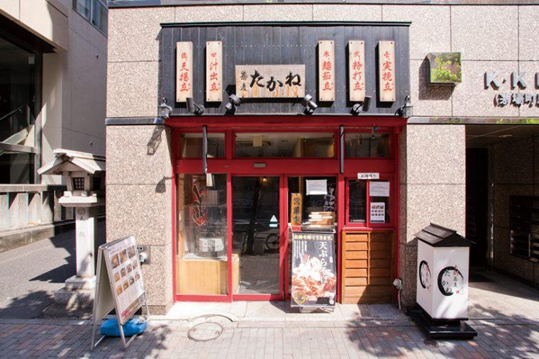 ↑真っ赤に塗られた窓枠、看板の左右に赤字縦書きのキャッチフレーズが並ぶ店構えが印象的