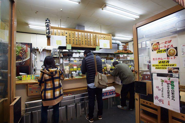 ↑店には学生など若者も多く来店。外国人がそばに舌鼓を打っている姿もよく見かける