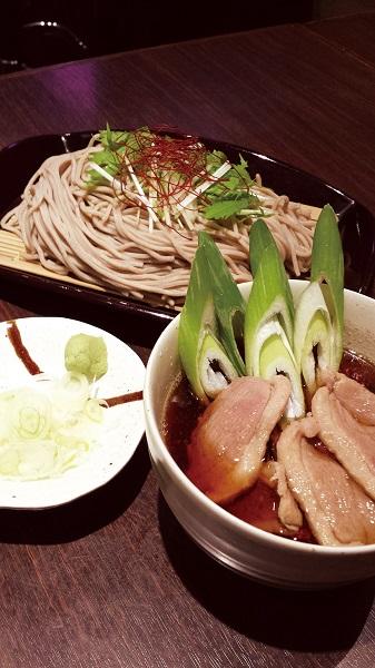 ↑鴨汁せいろそば(780円)。冷そばと温つゆの組み合わせがよく、つけ汁の鴨肉も絶品だ