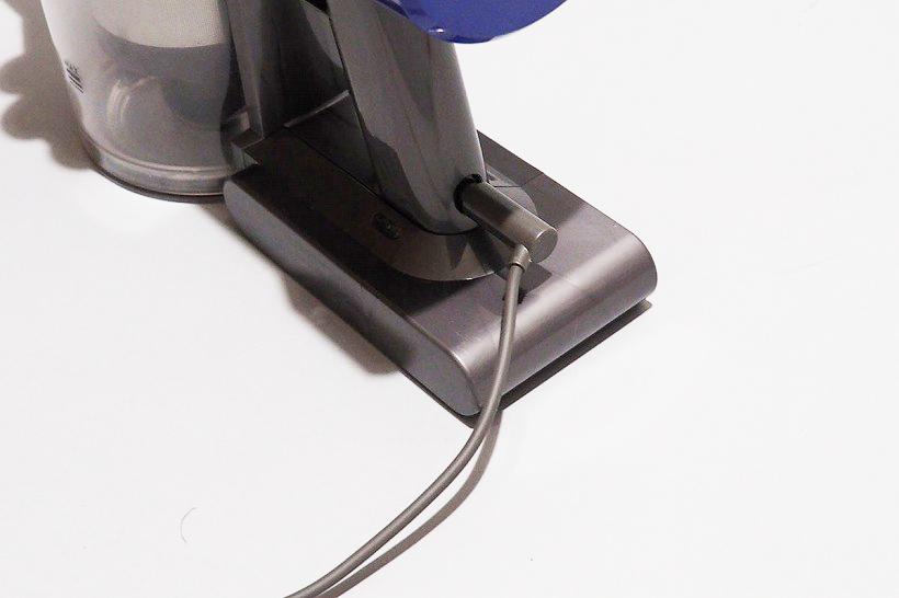↑どうしても壁に穴をあけたくない場合は、直接プラグを本体に差し込んで充電することもできます