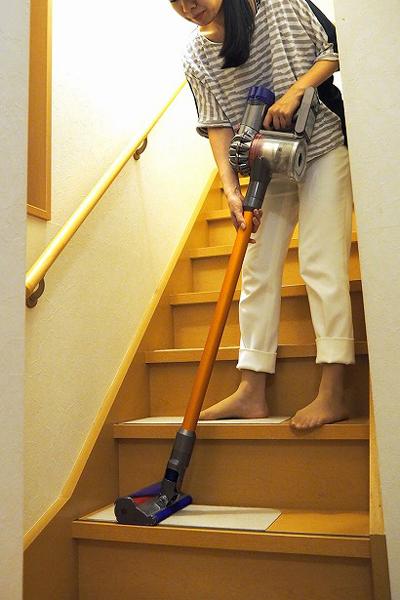 ↑収納場所から持ち出したときや、階段掃除時に一段ずつ持ち上げるときなどは、女性には少々重く感じ、両手で支えることも。ただし、掃除中はローラーの回転のおかげかあまり重く感じませんでした