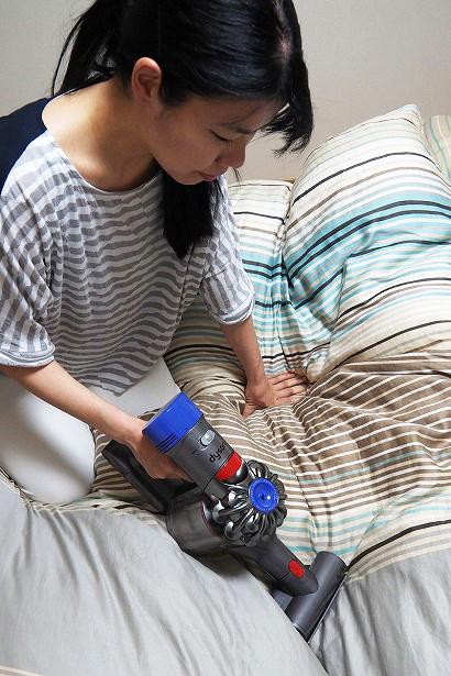 ↑本体後ろの青い部分が排気口部。本体が手元にあるため、身をかがめて作業する布団掃除などでは顔に風を感じることもあるのですが、まったく臭さを感じません