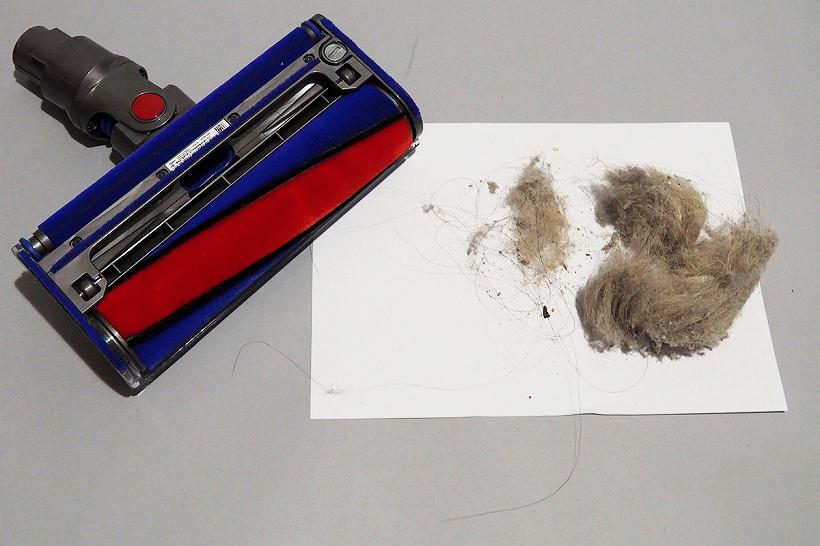↑一部屋掃除しただけで、これだけのゴミが! 白く密集したゴミは犬の抜け毛の中に、黒く長い髪も大量に見えます。なのに、掃除後のローラーには一本も髪が絡まっていません。ちなみに、このローラーは小麦粉を掃除した後でもあるのですが、粉ゴミも付着していないのが凄い!