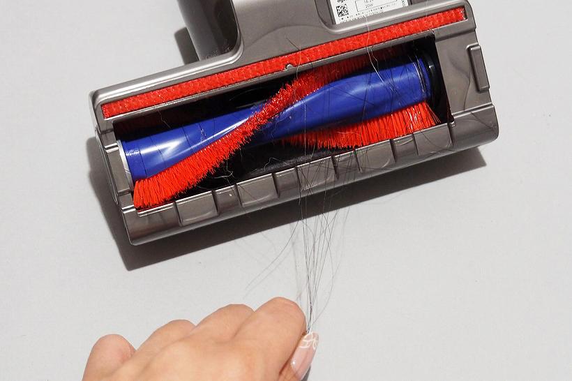 ↑ちなみに、付属品のミニモーターヘッドは、一般的な硬いブラシのローラー形状です。このミニモーターヘッドで別の部屋を掃除したところ、あっという間に黒い毛が絡まりました。ソフトローラークリーナーヘッドの優秀さがよくわかります