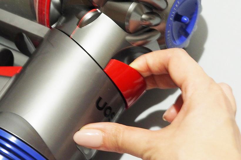 ↑ゴミ捨ては本体上部の赤いレバーを引っ張るだけ