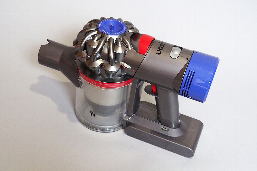 ↑↑V8本体部。モーターとバッテリー、ダストビンなど、すべての機能が手元本体に集約されています