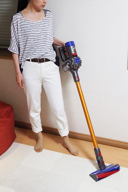 ↑普段の掃除では延長ホースとソフトローラークリーナーヘッドを接続して使用。ちょうど手元に本体がきて扱いやすいデザインです