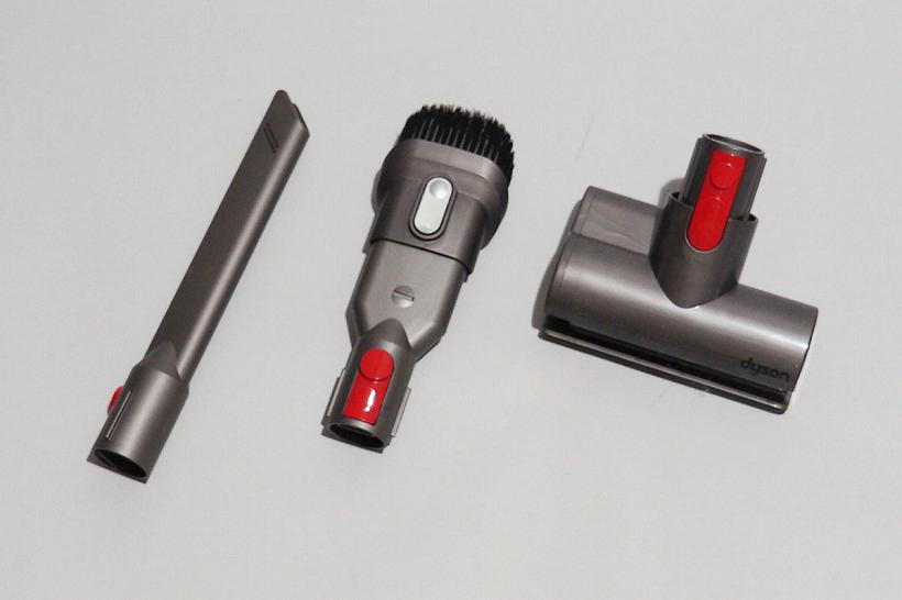 ↑Fluffyにはソフトローラークリーナーヘッド以外に、隙間ノズル(右)、コンビネーションノズル(中央)、ミニモーターヘッド(左)などの付属品がついてきます