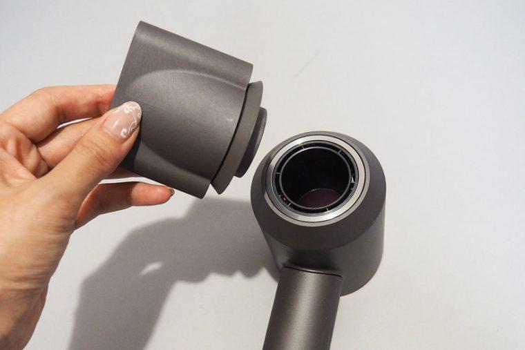 ↑本体とアタッチメントには磁石が内蔵されており、近づけるだかでパチンとくっつきます。取り付けも取り外しも簡単です