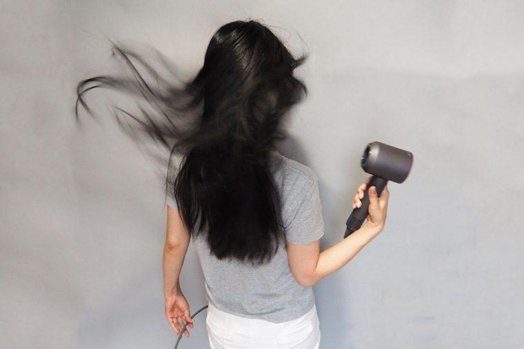 ↑実際に髪をブローすると、強い風で長い髪の毛も吹き飛ばす勢いがあります。髪をかき分けるように風が頭皮にあたるので、頭皮ケアにもよさそうです