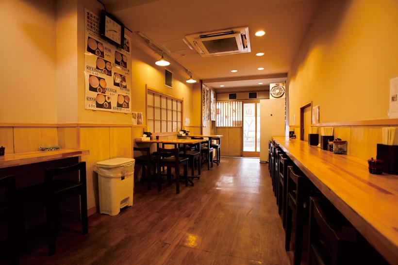 ↑店に入ると壁際のテーブル、4人がけのテーブルがあり、さらに奥にもカウンターテーブルがある。椅子席は全部で25席を用意