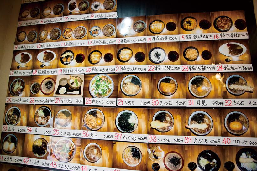 ↑壁一面に張られた写真入りのメニューが大迫力。メニューは全部で64種類あり、メニュー番号が券売機の番号に対応している