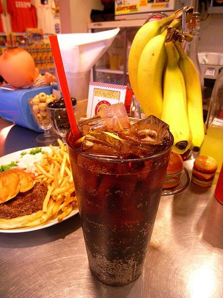 ↑コーラ、メロンソーダ、ジンジャーエールを注文するとこの1リットルカップで提供。量を気にせずごくごく流し込める爽快さ!