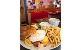 【週末はハンバーガー】「甘味」と「辛味」と「軽さ」の独創的三重奏ーー北千住「SUNNY DINER」