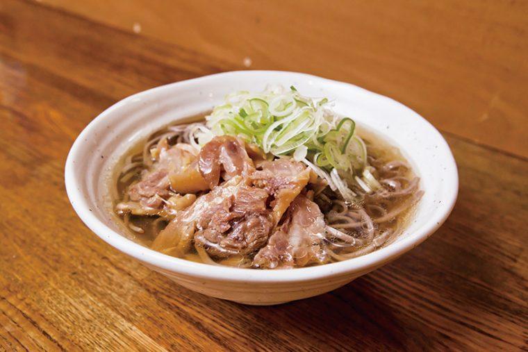 ↑肉そば(400円)。太めのそばに負けない濃厚スープで、噛むほどに味が出る鶏肉が魅力