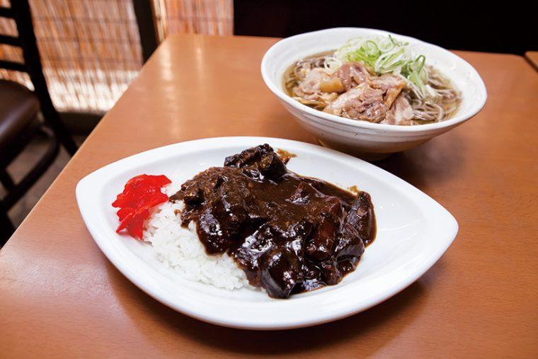↑牛すじカレーセット(720円)。牛すじを3時間煮込んだスープを使ったカレーは絶品で、肉そばとミニカレーをセットで頼む人も多い