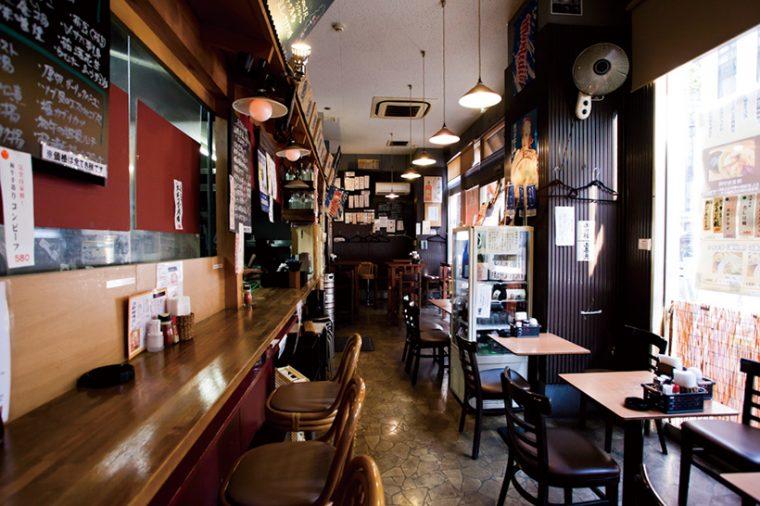 ↑親しみやすい雰囲気の店内。夜は山形料理とオリジナル料理を出す居酒屋になり、こちらも連日大勢の客で賑わっている。提供する酒はもちろん山形の地酒だ。