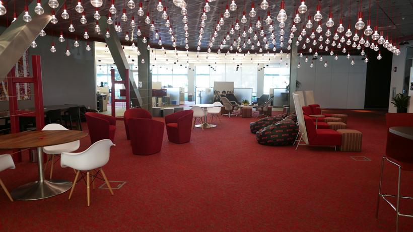 ↑ミーティングなども行えるオープンスペース。イスやソファのほかに大きなビーズクッションが置かれるなど、一般的なオフィスのそれとはかなり様子が違いますね