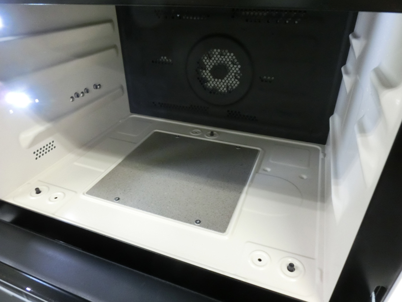 ↑テーブルプレートを外した常体。3つの突起が重量センサーです。開けると庫内にはLEDが点灯し、見やすいです