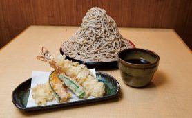 【昼は立ち食いそば】そばを1kgも盛り付けた「富士山もり」が名物の「味奈登庵 白楽駅前店」