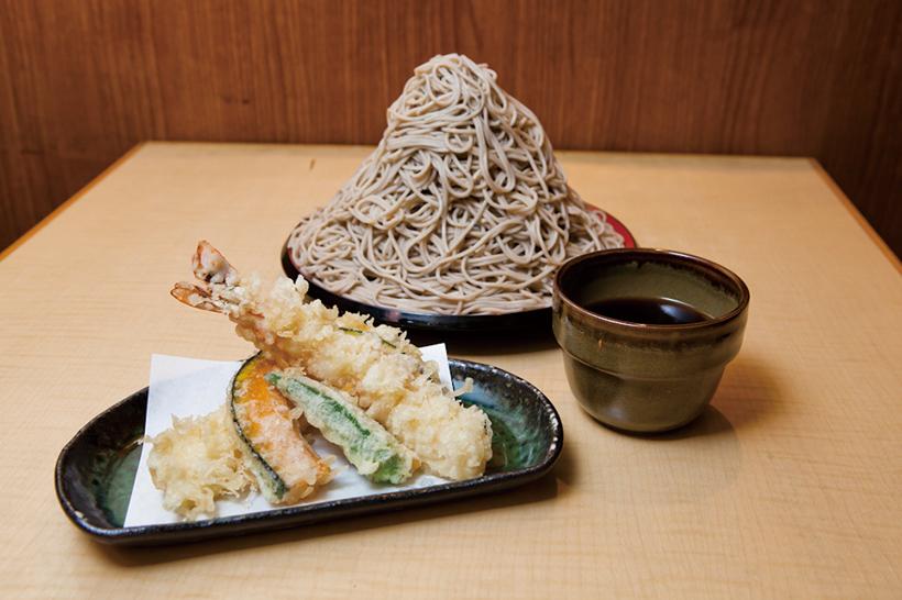 ↑つけ天そば 富士山もり(700円+200円)。サクサクの天ぷらがうまい。200円追加すれば、「味奈登庵」名物の「富士山もり」(1kg)が楽しめる