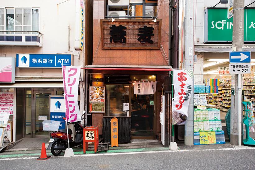 ↑看板の大きな「蕎麦」の文字が目印。名物の「富士山もり」ののぼりも立っている
