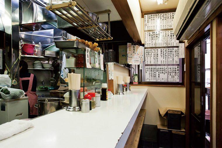 ↑店内は椅子がなく、6人で満席。客が厚着となる冬はかなり窮屈になるが、それでもこの店の味を求めて客が来る