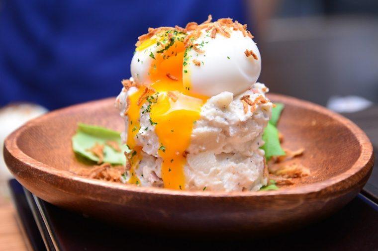 ↑The mount of ポテサラ抜(430円)。黄身のあふれ出る半熟卵がフォトジェニックな、絶対にオーダーしたいサラダです