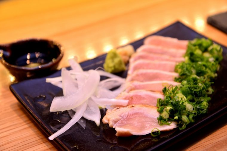 ↑鶏モモ肉のたたき(646円)。しっとりとした食感が激ウマです。甘めの醤油で味わいましょう。ちなみにむね肉のたたきは538円で提供
