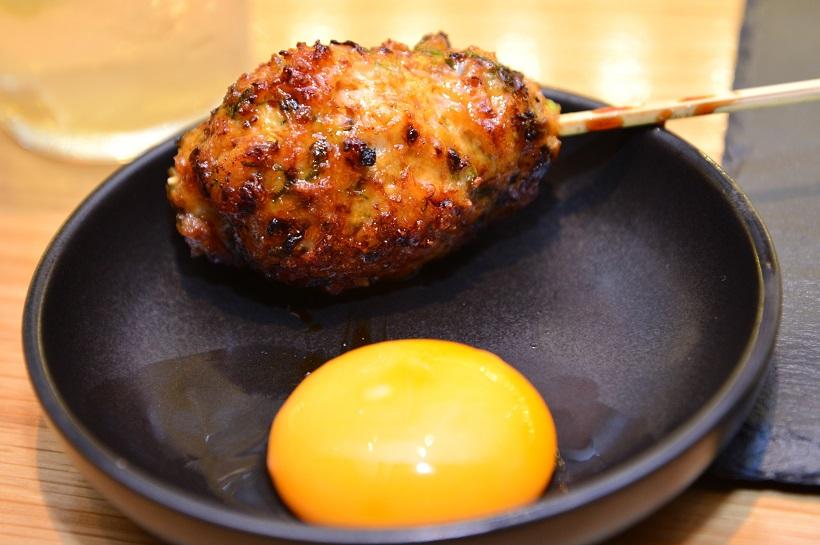 ↑つくね(214円)。ハンバーグのように大ぶりで、食べごたえやジューシーさがハンパない! 甘辛い味付けの肉を、卵黄でまろやかにいただきましょう