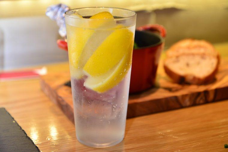 ↑フローズン塩レモンサワー(430円)。凍った塩レモンをサワーに仕立てた清涼感抜群のドリンクです。1階席では、高級な「うすはり」のグラスで提供という心意気も素晴らしい!