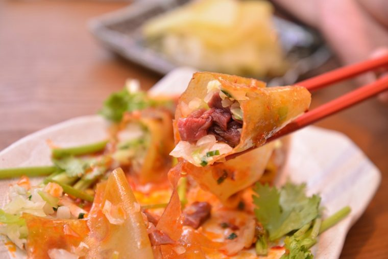 ↑生肉餃子。生春巻きのような生地に、馬肉と香味野菜がぎっしり。パクチーやピリ辛のタレがクセになります