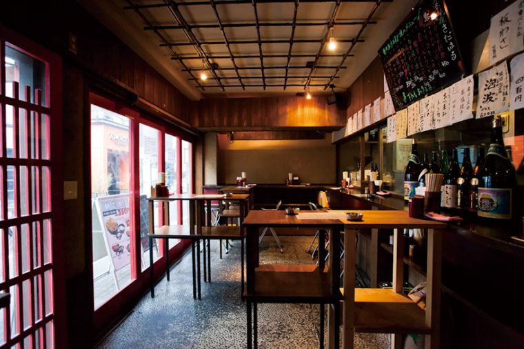 昼のピーク時は完全立ち食いだが、空いている時間は椅子を出してくれる。夜は立ち飲み屋になるとあって、カウンター上には焼酎の瓶も見られる