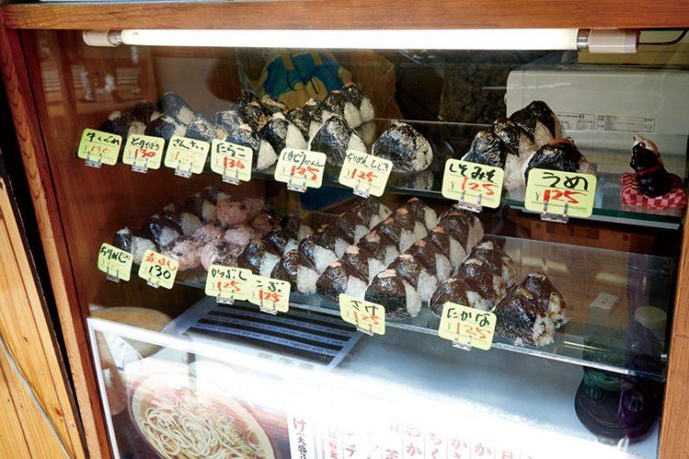 ↑店内および店頭で販売するおにぎり(125円~)は10種類以上を用意。「さけ」のほか、「高菜」「ちりめんじゃこ」などが人気だ