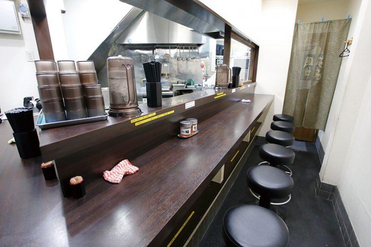 ↑カウンターは奥行きがあって食べやすい。数年前の店舗改装で、「立ち食い+椅子」制となった