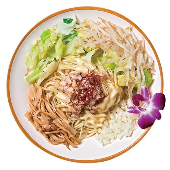 ↑フルルのピリ辛ませSOBA(790円)。まぜそばの麺はタレとの絡みを考え、ラーメンよりも加水率は高い。若干モチモチ感があるので、歯応えも十分